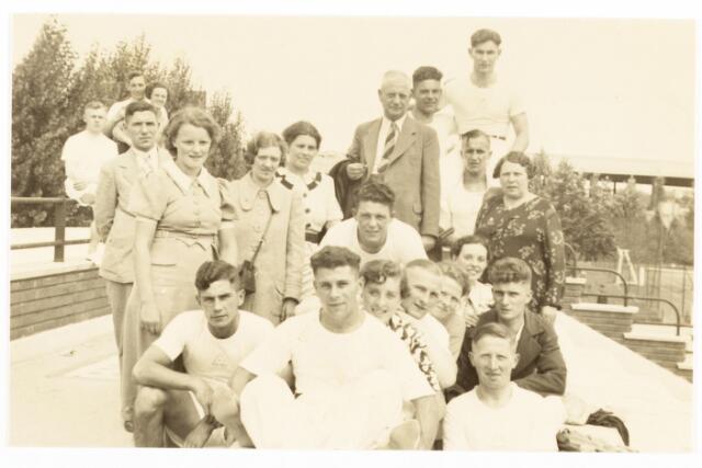 052853 - Volt sport athletiek te Parijs in 1937 tijdens de wereldtentoonstelling.  Voorste rij v.l.n.r. Bas Boeren, Christ Boeren en v.d. Schoot.Achter Chr. Boeren Jef van Oort en daarachter Jan Vermeulen ( voorzitter). Achter v.d.Schoot Jo Vermeule Jr. en daarachter zijn moeder.Links in het midden op het hek Noud Linkels.