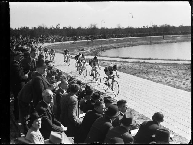 105043 - Sport. Wielrennen. Wielerwedstrijd voor profs op circuit van De Warande.