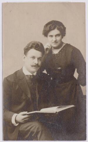 044621 - Operazanger Louis van der Sande, geboren te Tilburg op 15 april 1887. Hij trouwde te Grave op 23 juli 1913 met Mathea Johanna Petronella (Thea) van Hees, geboren te Grave op 25 januari 1888, dochter van een juwelier. Zij overleed te Berlijn op 2 januari 1942. Hij hertrouwde na de oorlog met fotografe Maria Weichmann.