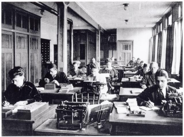 038429 - Nijverheid. Schoen- en leerindustrie. Kantoorpersoneel werkzaam bij N.V. J. van Arendonk's schoen- en lederfabrieken