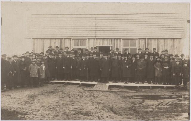 042194 - Volkshuisvesting. Genodigden voor het bijwonen van de eerste steenlegging van een complex huizen van bouwvereniging St.-Joseph in 1916. Links van de loopplank burgemeester Vonk de Both