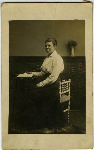 604121 - Petronilla Cornelia van Dongen, geboren op 17 juli 1894 te Tilburg als dochter van Johannes J. J. van Dongen en Cornelia F. M. van der Gouw. In 1920 huwde zij te Tilburg met Aloijsius C.G. van Gool. Op 22 december 1980 overleed Petronilla te Tilburg