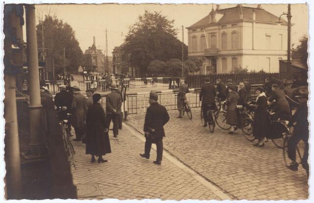 001697 - Spoorwegovergang Heuvel/Besterd. De straat achter het spoor heette toen nog Koestraat. Nu is de Besterdring de verbinding tussen Heuvel en Besterd.  Rechts villa Eleonora, gesloopt in 1935. De laatste bewoner was dokter Van Baar. Eerder woonden er de familie Mutsaerts-Diepen en in de negentiende eeuw M.J.J.H. Lommen, majoor-commandant van de dienstdoende schutterij. Ter plaatse heet het nu  N.S.plein.
