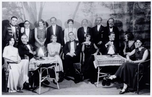 104029 - Toneel. Toneelvereniging 'The Showboat' onderafdeling van de Philharmonie, na de opvoering van het blijspel Kruien door dik en dun, een spel in vier bedrijven, geschreven door A. den hertog. Het stuk werd opgevoerd  in de zaal van de liedertafel op 6 januari 1931 en in de stadsschouwburg op 15 januari 1931. De voorstelling werd afgesloten met een soirée dansante met 'Michel Goyarts and his tango band'. De opbrengst was voor de 'Lighallen' later Charlotteoord. De toneelclub, waarvan de leden vooral stamden uit de families van textielfabrikanten, was thuis bij de Philharmonie en werd na een optreden in Amsterdam in  1946 opgeheven. 2e van links A. Dröge, in 1930 oprichter van The Showboat. Andere spelers waren: E. van Kemenade, Hans Janssen, Maud Ruding, Charles Mutsaerts, Willy Heufke, Else Brouwers, Jo de Beer, Jan Kerstens, Net taminiau, Jes van Spaendonck, Johny Majoie, Louis Swagemakers, Trees de Beer, Ernst Goyarts, Louise Kerstens, Guusje van Spaendonck en George Dröge.