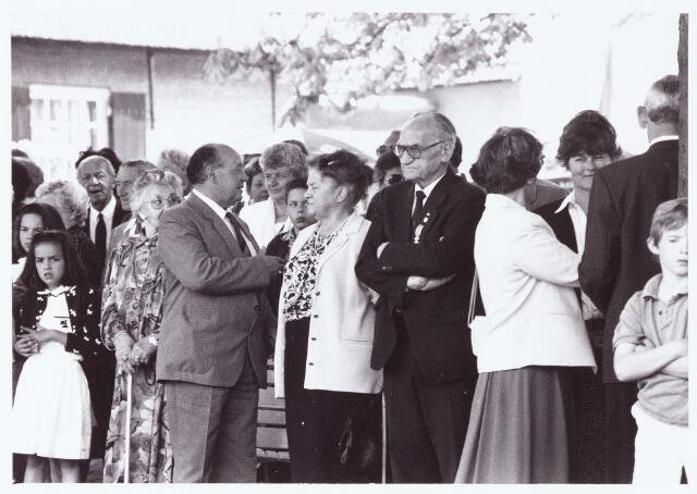 063665 - Op Boerderij Denissen aan de Generaal Eisenhowerweg 1 werden de op 30 april 1990 gedecoreerden feestelijk ontvangen.