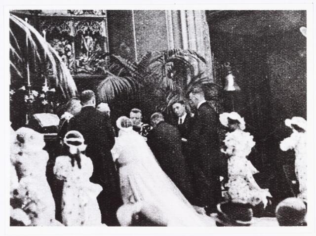 007691 - Bruiloften. Huwelijksfoto van Jan Pijnenburg (1906-1979)  met Mimi Bierens (1911-1990) in de Heuvelse kerk. Van links naar rechts achter het huwelijkspaar kapelaan Van der Veeken, pastoor Van Dungen, kapelaan Bekkers en koster Lutgerink.
