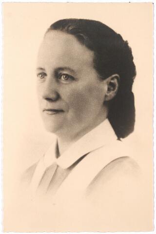 006090 - Louise Verschuuren, dochter C. Verschuuren-de Bont, verpleegster Binnengasthuis te Amsterdam.