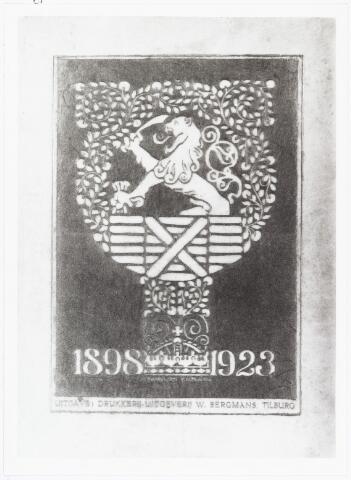 006975 - In 1923 publiceerde Paulus Goulmy  (1877-1945) bij de drukkerij-uitgeverij W. Bergmans het boekje `Het zilveren geeeringsjubilé onzer koningin´. Hij draagt het boek op aan ´Hare Majesteit de Koningin der Nederlanden, prinses van Oranje-Nassau, hertogin van Mecklenburg´.