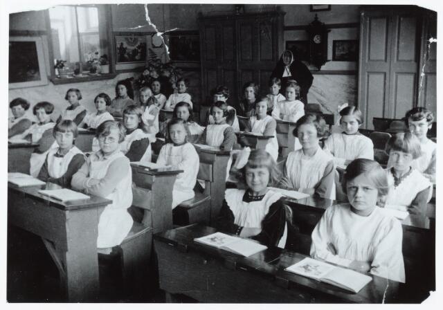 051401 - Basisonderwijs.  Klassenfoto r.k. lagere school. Mariaschool. Meisjesschool. Leerlingen van een klas.