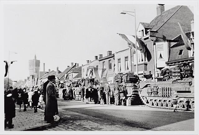 012281 - Tweede Wereldoorlog. Bevrijding. Een colonne Schotse tanks geparkeerd aan de Bredaseweg. De voertuigen en de bemanning mogen zich verheugen in een warme belangstelling van de opgeluchte en dolblije Tilburgse bevolking