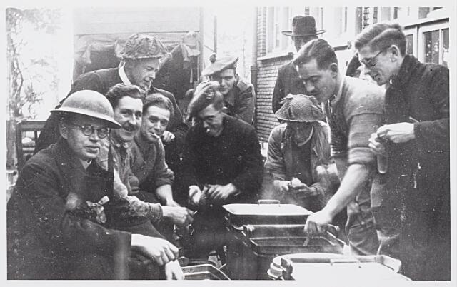 012859 - WOII; WO2; Tweede Wereldoorlog. Inkwartiering. Bij de fraters aan het Kardinaal de Jongplein ingekwartierde Britse militairen bezig met het bereiden van een warme maaltijd