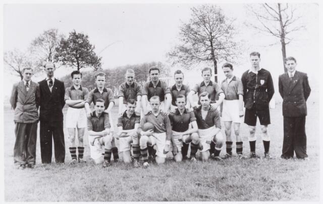 054100 - Sport. Voetbal. Gudok. Het 1e jeugd elftal  van Gudok in 1952. De namen van de spelers zijn niet bekend.  2e van links is Piet Moomers, rechts staat Joske Maas. Deze personen zaten in het jeugdbestuur. Ad Verhoeven naast  de scheidsrechter.