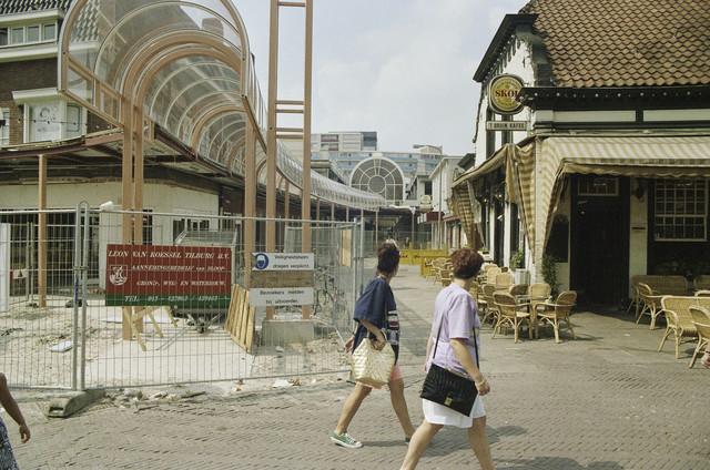 TLB023000481_003 - Entree van de in aanbouw zijnde Emmapassage met rechts 't Bruin Cafe. Deze overdekte winkelgalerij, gedeeltelijk gelegen op het tracé van de vroegere Emmastraat, werd in het najaar van 1991 geopend. Door een misverstand werd de naam pas in 1995 officieel door B & W vastgesteld. Deze passage verbindt het Stadhuisplein met het Piusplein.