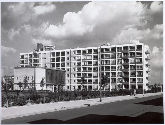 014581 - Bejaardenhuis De Kievitshorst aan de Beneluxlaan. Het gebouw werd in oktober 1963 in gebruik genomen en telde toen 200 bewoners. Oorspronkelijke naam was Het Nieuwe St.-Joseph. De fotot toont de achterzijde van het  gebouw. De aanbouw is de kapel. Foto genomen vanuit de Europalaan
