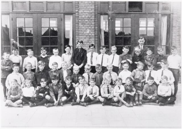 051261 - Basisonderwijs. Klassenfoto r.k. lagere school. St. Jozefschool aan de Groeseindstraat.