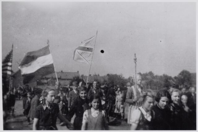 045707 - WOII; WO2; Tweede Wereldoorlog. Optocht in de Hoogstraat t.g.v. het bevrijdingsfeest.
