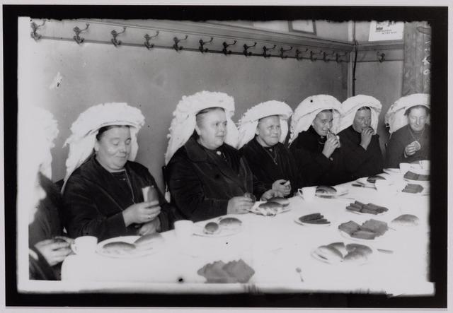 041198 - Landbouworganisaties. Boerenbonden. Op initiatief van de Noordbrabantse Christelijke Boerenbond werd een studiedag voor de leidsters van Boerinnenbonden gehouden. De boerinnen genieten van de Brabantse koffietafel.