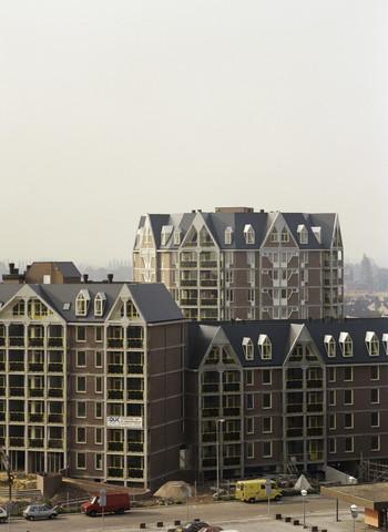 """TLB023000098_001 - Appartementencomplex in aanbouw en heeft als bijnaam """"de Potloodflat"""". Foto ter promotie van bouwopleidingen en t.b.v. Onderwijsexpositie."""