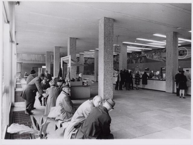 041592 - P.T.T., Postkantoor Tilburg, Telegraaf, postzegels, postbrieven. Hoofdpostkantoor aan de Spoorlaan overzicht loketten.