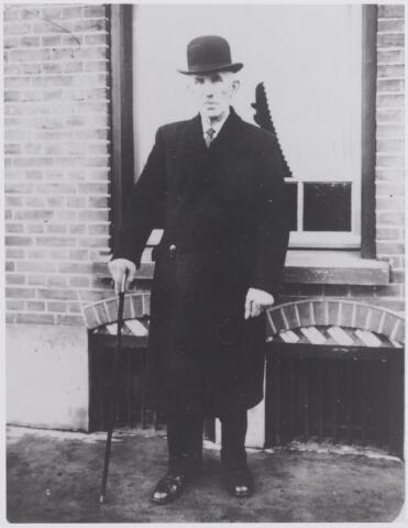 045970 - Cornelis Couwenberg werd geboren te Lieshout op 4 december 1857 en overleed te Aarle Rixtel op 21 april 1936. Hij was getrouwd met Maria Louisa Swinkels. In Goirle woonde hij rond de eeuwwisseling als brievengaarder aan de Tilburgseweg A138. In 1917 verhuisde hij met zijn vrouw naar Aarle-Rixtel.