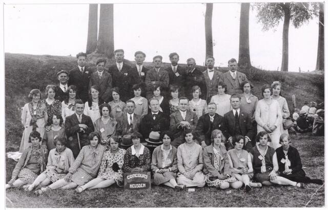 052448 - Muziekleven. Gemengde zangvereniging 'De Volharding' dir. P.J. van Berkel. zij behaalden op een concours te Heusden 1prijs 2e afdeling op 29 juli 1929