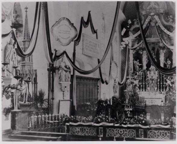 084425 - Priesterkoor van de St. Petruskerk te Hilvarenbeek, versierd t.g.v. het gouden priesterfeest van pastoor P.H. van de Loo. Links het beeld van O.L.V. van de Voort.