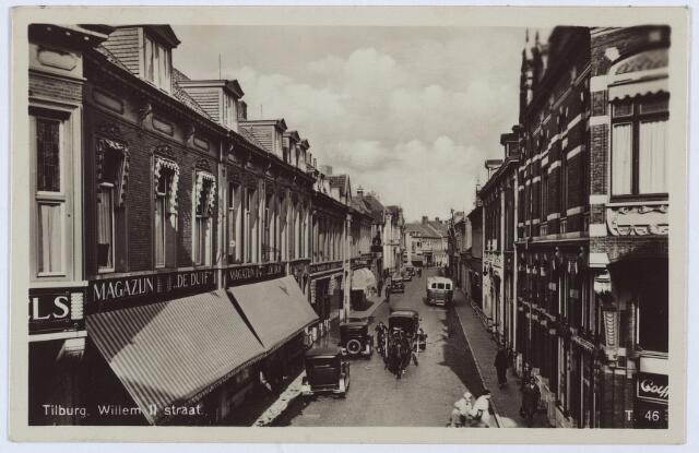 003039 - Willem II-straat vanaf de Heuvelstraat. Links het pand Heuvelstraat 65, voor 1910 M954. Hier begon Hubertus Alexander Lemmens uit Sittard in maart 1898 een magazijn in manufacturen onder de naam 'De Duif'. Later is het pand uitgebreid door de aankoop van enkele panden aan de Willem II-straat. Lemmens overleed te Tilburg op 21 mei 1935 en wordt gememoreerd als een humaan werkgever. Na zijn dood blijf magazijn 'De Duif' bestaan. Tijdens de oorlog, in 1943, waren in de etalage 'beeldschetsen' te zien uit het leven van een Nederlanse SS-man. Rond 1950 was juffrouw E. Bots directrice van 'De Duif'. Rechts het hoekpand Heuvelstraat 61 van coiffeur Henri Alexander Adolf Hamburg. Hamburg was afkomstig uit 's-Hertogenbosch.