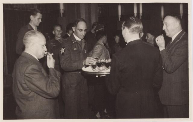 053733 - Ontvangst op het paleisraadhuis van de Koreastrijders; heildronk door 1e luitenant Gimbrère, wethouder Hoogers, majoor pater v.d. Vrande en de burgemeester Baron van Voorst tot Voorst