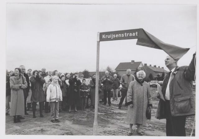 """081454 - Onthulling van straatnaambord """"Kruijsenstraat"""" door burgemeester Aarts"""