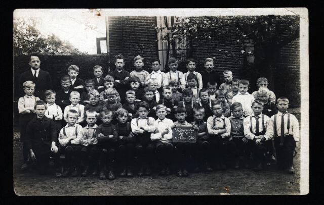 055059 - Onderwijs. Tweede en derde klas van de r.k. lagere jongensschool van de parochie Heikant.