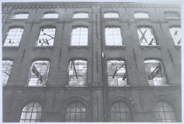 023486 - Uitgebrand fabriekspand aan de Kapelstraat halverwege 1981