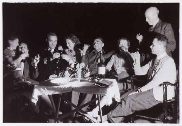 012844 - WO2 ; WOII ; Tweede Wereldoorlog. Inkwartiering. Gastheer Knook brengt een toast uit aan zijn gasten, waaronder twee bij hem ingekwartierde bevrijders