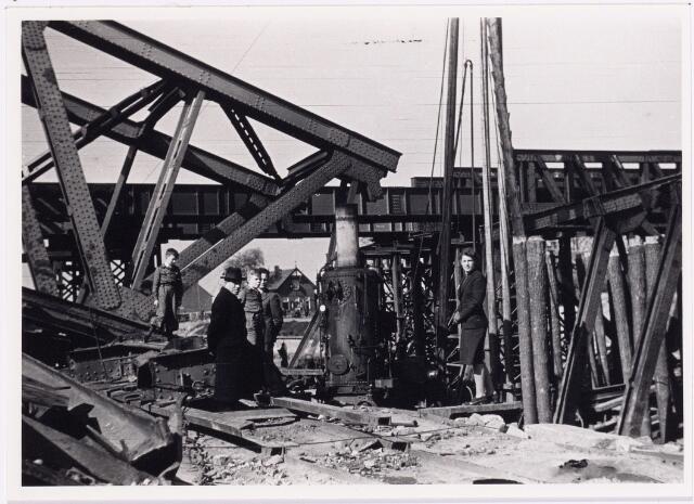 012699 - WO2 ; WOII ; Tweede Wereldoorlog. Herstel. Wederopbouw van de spoorweg over het Wilhelminakanaal bij de Bosscheweg. Vele jaren zullen de treinen ter plaatse langzaam moeten rijden
