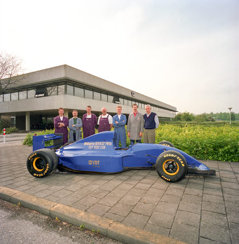 D-000205-1 - Medewerkers van Van Doorne's Transmissie bij een test racewagen van Renault type FW15c voor het Formule 1 team Williams.  Van Doorne's Transmissie, thans Bosch Transmission Technology, aan de Dr. Hub. van Doorneweg, 1988-1991.