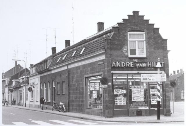 015219 - Levensmiddelenwinkel van André van Hilst op de splitsing Bisschop Zwijsenstraat (links) en Piusstraat (rechts)