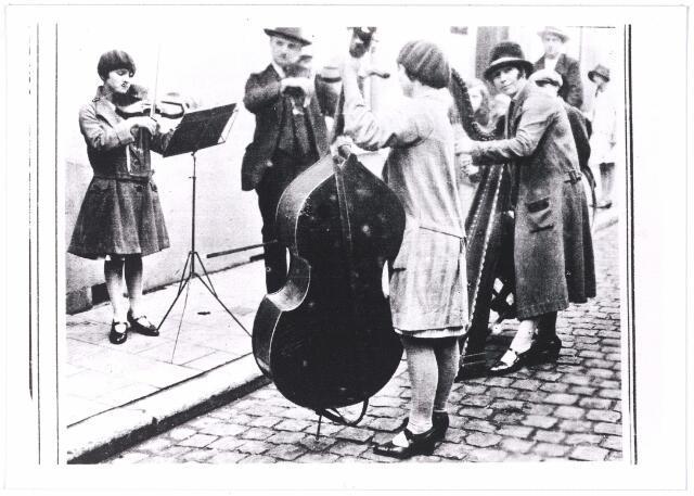 006391 - Volksfiguren: Straatmuzikanten gefotografeerd te Tilburg, zij traden ook elders op in eendrachtige samenwerking.