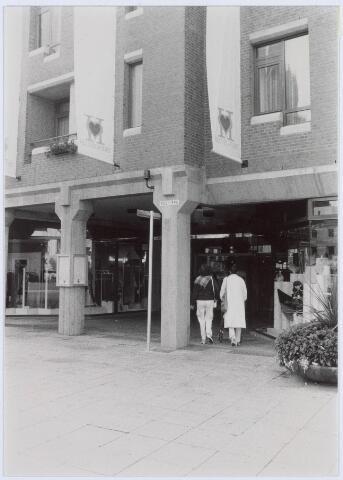 021213 - Ingang van winkelcentrum Heuvelpoort aan de zuidzijde van de Heuvel