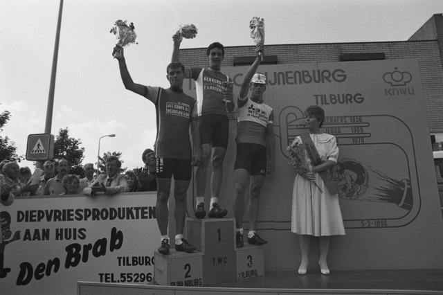 TLB023002453_001 - Huldiging bij een wielerwedstrijd georganiseerd door T.W.C Pijnenburg