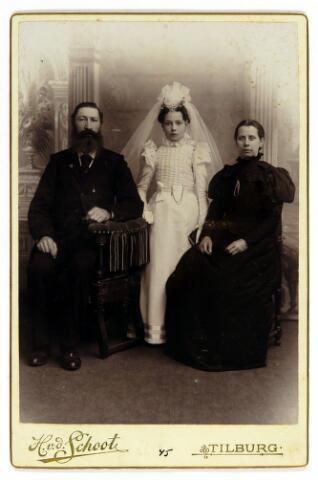 054594 - Hendrik Petrus Brouwer, geboren te Doesburg op 21 juni 1843 overleed te Tilburg op 2 april 1913, twee dagen na zijn vrouw, die op 31 maart 1913 in Tilburg overleed. Haar naam was Marcelia Clasina Kieburg en zij werd geboren te Haarlem op 8 oktober 1844. Het echtpaar woonde aan de Broekhovenseweg.Hij was suisse in de parochiekerk van het Heike. Het echtpaar bood ook onderdak aan weeskinderen (bestedelingen). De foto werd genomen ter gelegenheid van de eerste communie van het weeskind Johanna Petronella Croos, geboren te Tilburg op 25 december 1886.
