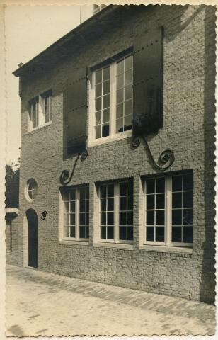 601944 - In 1938 werd het oude fotoatelier van fotograaf Van Beurden gesloopt en vervangen door een modern ontwerp van architect Jos Bedaux. Het oude atelier stond in de tuin van het pand aan de Willem II-straat 39 te Tilburg. Het nieuwe atelier werd iets naar achteren geplaatst en kreeg de voorgevel aan de Telexstraat. Er was ook een ingang vanaf de Willem II-straat 39. Jos Bedaux heeft duidelijk rekening gehouden met de bestemming van het pand. Door de grote ramen had de studio veel daglicht.