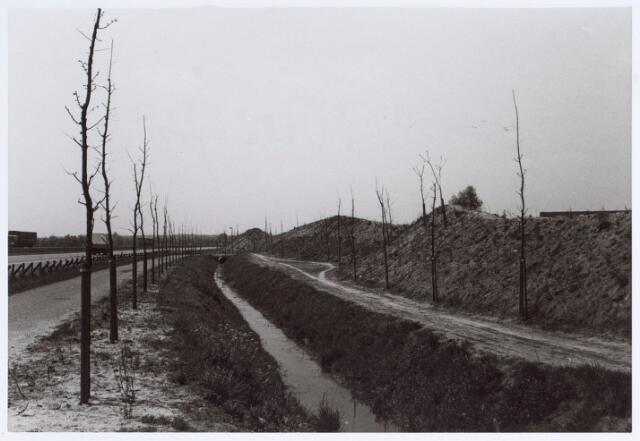 014637 - Scheiding tussen de Berglandweg (links) en Hilvarenbeekseweg (achter de dijk)
