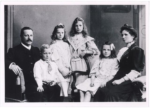 004925 - Koperen huwelijksfeest in 1907 van wijnhandelaar P.J. KNEGTEL en H.M.L. LATOUR. Kinderen: v.l.n.r. Leonardus, Catharina, Elisabeth en Marie.
