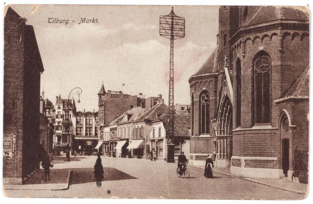 001819 - Oude Markt voorheen Markt. In het midden een telefoonmast. Rechts de parochiekerk van het Heike (St. Dionysius).