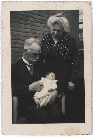 """005202 - Dr. Hendrik Willem Evert MOLLER (1896-1940) met kleinkind en echtgenote Alice Elise BOURGIGNON. De """"initator van het katholieke onderwijs in Brabant"""" werd geboren in Amsterdam, volgde onderwijs op de door de fraters van Tilburg geleide kostschool De Ruwenberg te Sint-Michielsgestel.  Een vervolgopleiding kreeg Möller op het gymnasium van het klein-seminarie van het aartsbisdom Utrecht te Culemborg, geleid door de paters jezuïeten.  Hij ging Nedrlands studeren in Amsterdam, waar hij in 1907 promoveerde op een studie over Vondels """"De heerlijckheid der Kercke."""" Moller werd de stichter en eerste rector van de in 1912 in Amsterdam opgerichte R.K. Leergangen, die in 1913 naar Den Bosch verhuisden en in 1918 naar Tilburg, waar Moller op de Bredaseweg 371 het woonhuis """"Eik en Zon"""" liet bouwen. In 1930 werd hij gedwongen om ontslag te nemen als rector, als gevolg van o.a. competentiegeschillen met curatoriumleden. In 1920 richtte hij het tijdschrift Roeping op, maandschrift voor kunst en literatuur, dat een platform werd voor vernieuwingsgezinde katholieke jongeren. Midden jaren twintig werd hij tamelijk onvoorbereid gekozen tot lid van de Tweede Kamer voor de R.K. Staatspartij (RKSP), en nam ook deel aan de lokale politiek, eerst als gemeenteraadslid voor de RKSP, later als wethouder van sociale zaken. Tot zijn dood bleef hij voorzitter van de door hem opgerichte Vereninging Ons Middelbaar Onderwijs in Noord-Brabant (OMO). Zijn naam leeft voort in Brabant, bij voorbeeld in de naam van de OMO-scholen te Bergen op Zoom en Waalwijk, en in de Fontys Hogeschool (vroeger Kath. Leergangen) in Tilburg, waarvan de Faculteit Educatieve Opleidingen is gehuisvest in het Mollerinstituut."""