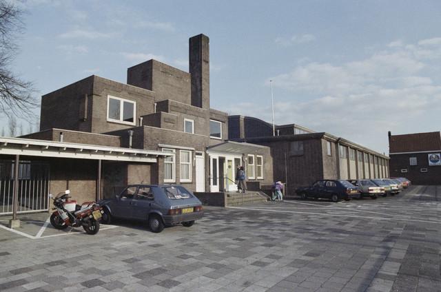TLB023000059_002 - Zwembad Ringbaan Oost. In 1931 werd het buitenbad, ontworpen door August Machen, geopend. Vanwege teruglopende bezoekersaantallen is het buitenbad in 1980 gesloten. In 1952 kreeg Architectenbureau Wessel en v.d. Vorst de ontwerpopdracht voor een overdekt zwembad (rechtse deel op de foto) welk in 1954 in gebruik is genomen. In 1995 is ook het overdekte zwembad gesloten. In 1996 is het complete complex gesloopt.