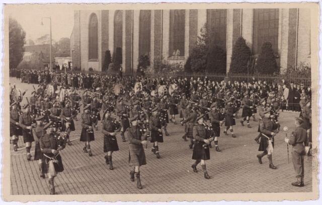 012524 - WO2 ; WOII ; Tweede Wereldoorlog. Bevrijding. Parade van Schotse pijpers op de Markt op 29 oktober 1944