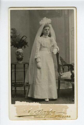 604155 - Goverdina Wilhelmina (Dien) Laureijsen, geboren te Tilburg op 5 juli 1890 als dochter van Gerardus Laureijssen en Cornelia Wilhelmina Witbroek. Zij huwde met met Jacobus Vermeer en overleed op 20 mei 1954 te Amsterdam.  Dien Laureijssen werd hier gefotografeerd ter gelegenheid van haar plechtige Heilige communie.
