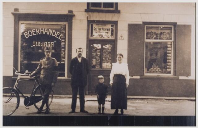 "078246 - Oisterwijk, dorpsstraat. Janssen (1930 ??) Boekhandel ""Juliana""."