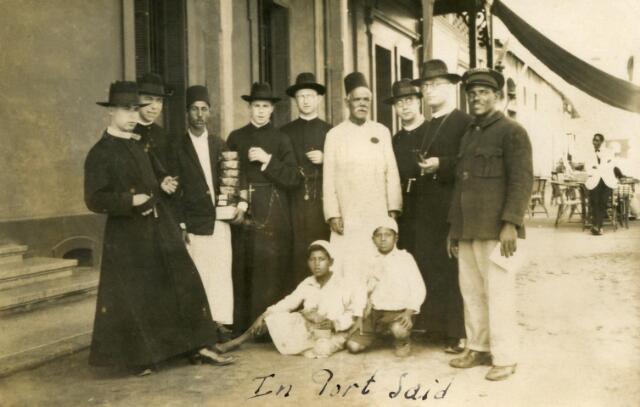 600536 - Fraters van Tilburg en enkele broeders op weg naar de missie in Nederlands Oost Indië gefotografeerd in de haven van Port Said (Egypte)