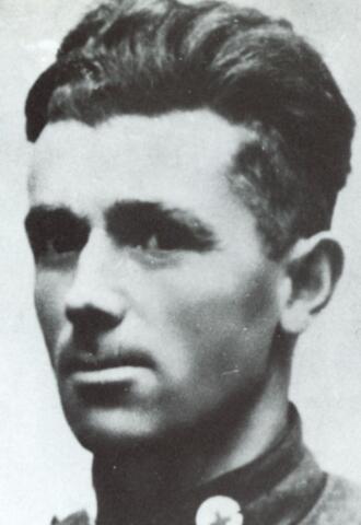 604451 - Tweede Wereldoorlog. Oorlogsslachtoffers. Johannes Martinus P. van Oudheusden; werd geboren op 10 januari 1906 in Tilburg en overleed op 20 februari 1943 in Tilburg.  Dienstplichtig korporaal ziekenverzorger Johannes van Oudheusden, 13e Batterij Luchtdoelartillerie, vervulde zijn taak als ziekenverzorger in de buurt van het vliegveld Ypenburg (bij Den Haag). Op 10 mei 1940 werkte hij als ziekenverzorger bij de 13e Batterij Luchtdoelartillerie met zeer veel opoffering. Hij verzorgde gewonden onder hevig vijandelijk vuur  en is daarmee doorgegaan ondanks de ernstige mishandeling door een Duitse soldaat. Bovendien heeft hij geprobeerd om de vijand te bewegen niet op een keet te schieten, waar hij gewonden een ligplaats had verschaft. Enkele jaren later is hij aan de gevolgen van de mishandeling overleden.  In Hilversum werd naar hem genoemd de 'Korporaal Van Oudheusden kazerne''; in 1964 werd de nieuwe kazerne voor het Geneeskundig Bataljon in Seedorf (Duitsland) de 'Van Oudheusdenkazerne' genoemd.  Van Oudheusden ontving, bij besluit van 19 juli 1946, postuum de versierselen van Ridder der Militaire Willemsorde der 4e klasse.
